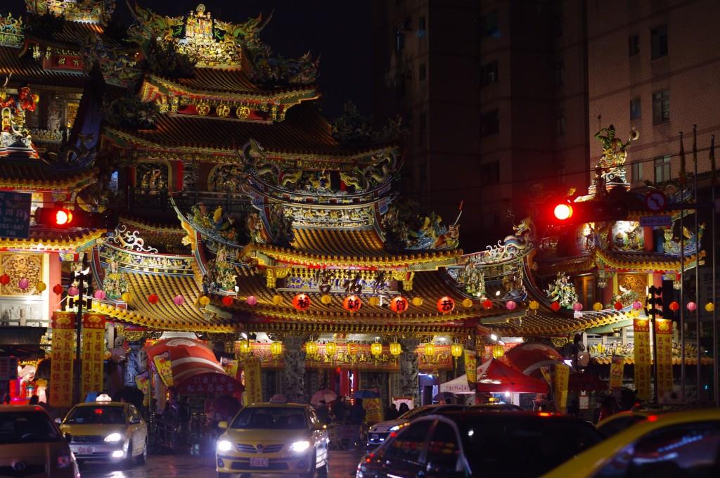 En cherchant un marché de nuit, nous sommes tombés sur un temple...